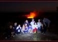 赤く輝くハレマウマウ火口の前で全員集合!