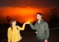 赤く輝くハレマウマウ火口の前にて