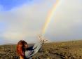 溶岩台地の上で手からダブルレインボー・ビーム!