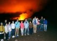 赤く輝くハレマウマウ火口の前で集合写真!