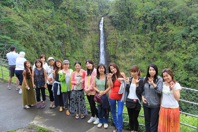 滝の前で記念撮影!