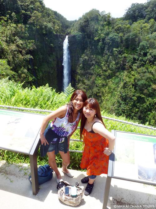 滝の前で記念撮影